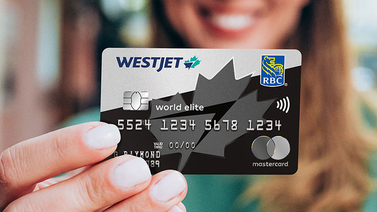 Femme tenant la carte WestJet World Elite Mastercard RBC.