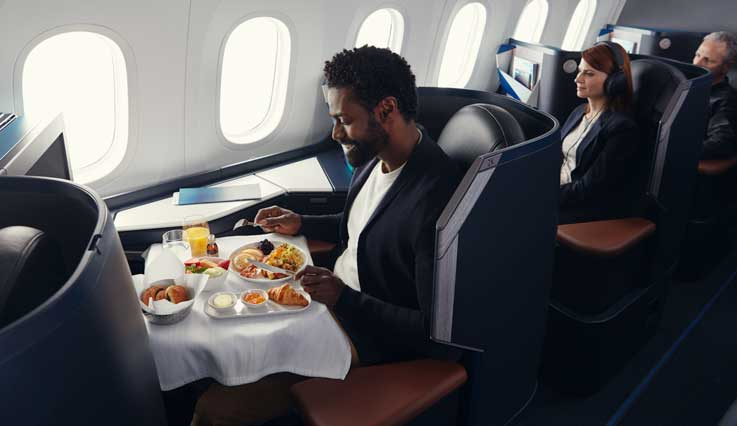 Miembro de WestJet Rewards viajando en la cabina Business
