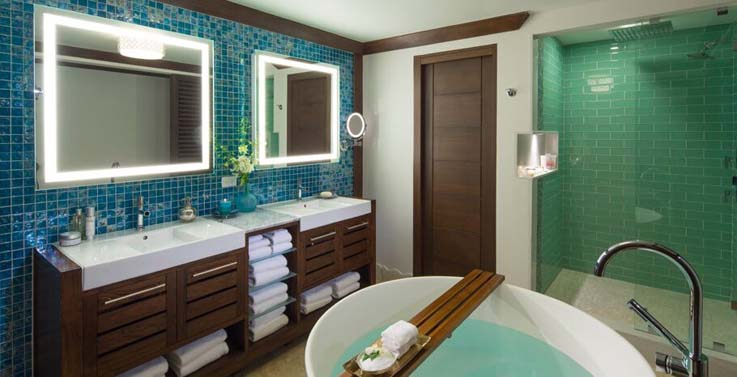 Showing slide 3 of 3 in image gallery showcasing Royal seaside crystal lagoon one bedroom oceanveiw butler suite w/balcony tranquility soaking tub (OL1B)
