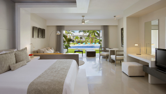 Showing slide 1 of 2 in image gallery, Junior Suite Swim Out