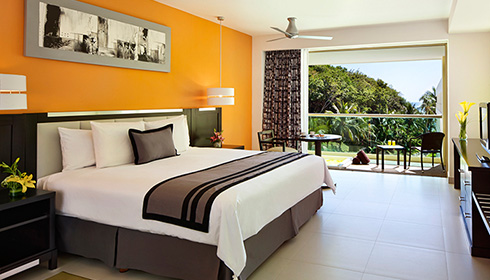 Showing slide 17 of 23 in image gallery, Deluxe tropical view room with Jacuzzi - King bed
