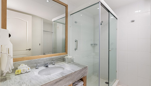 Showing slide 3 of 3 in image gallery, Standard Garden View bathroom