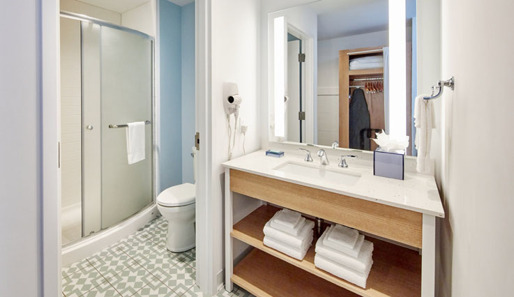 Showing slide 3 of 3 in image gallery, Standard 2 Queen Room bathroom