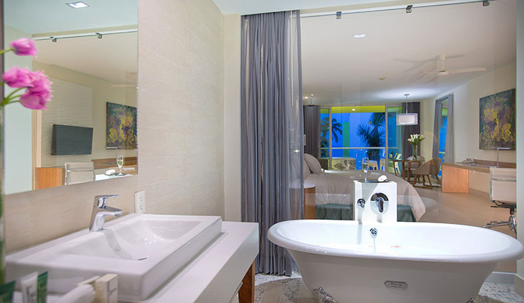 Showing slide 3 of 3 in image gallery, Junior Suite Jacuzzi